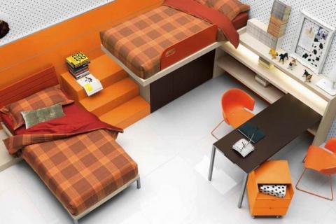 Компактно расположенная мебель в детской комнате