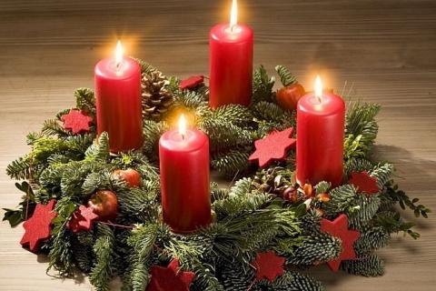 четыре свечи на новогоднем венке