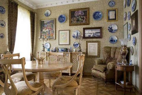 картины и тарелки в декоре интерьера