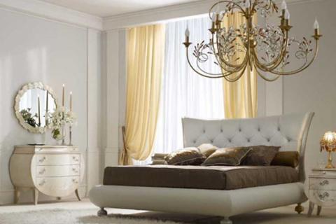 белая спальня с большой люстрой