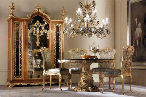 стол, шкаф и люстра в стиле барокко