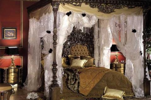 богатая резная мебель в спальне