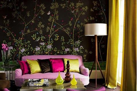 фиолетовый диван и кресла на фоне темной стены