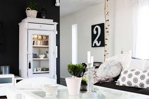 белая комната с черной стеной