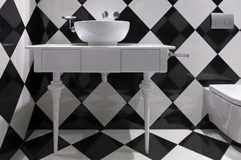ванная с черно белой плиткой