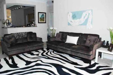 гостиная с ковром под зебру