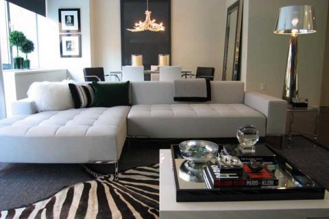 черно белая гостиная с белым диваном