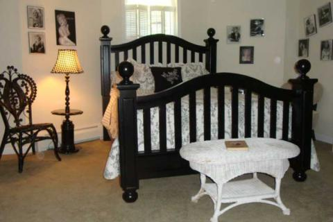 черно белая спальня в готическом стиле