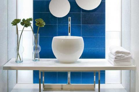 ванная с синей вставкой