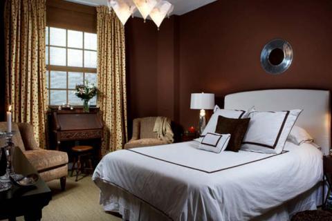 темно-коричневая спальня