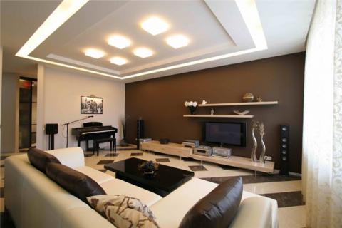 гостиная с коричневой стеной