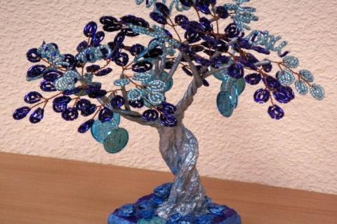 Синее дерево из бисера и монет