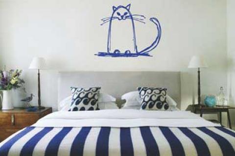 наклейка в спальне в виде синего кота