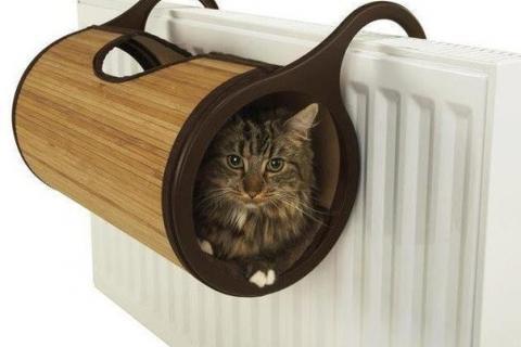 кот в специальной трубе у батареи