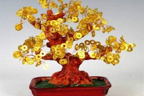Дерево с золотыми монетками