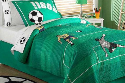 кровать с зеленым покрывалом
