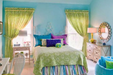 детская с голубыми стенами и зеленым текстилем