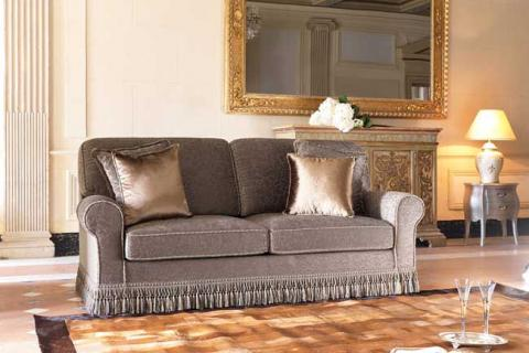 серый диван с атласными подушками