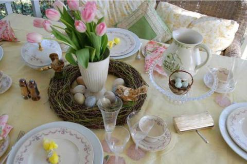 декор к Пасхе в белых, розовых и зеленых цветах