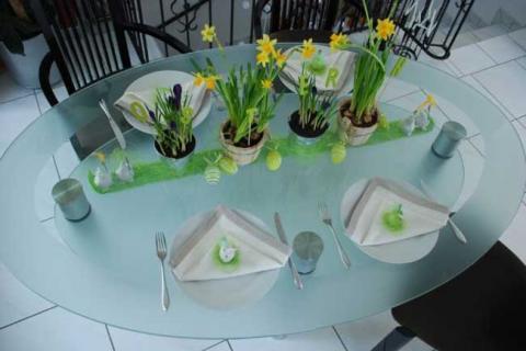 пасхальный декор стеклянного стола