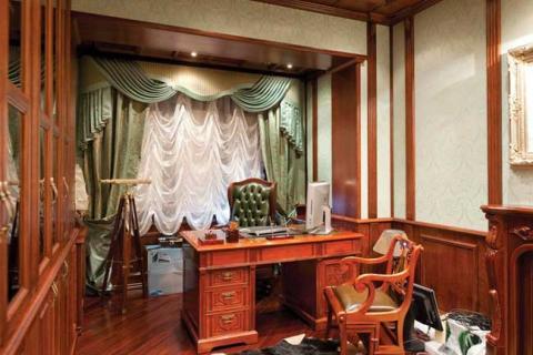 сложные классические шторы в кабинете