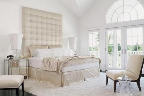 белая спальня с большим окном
