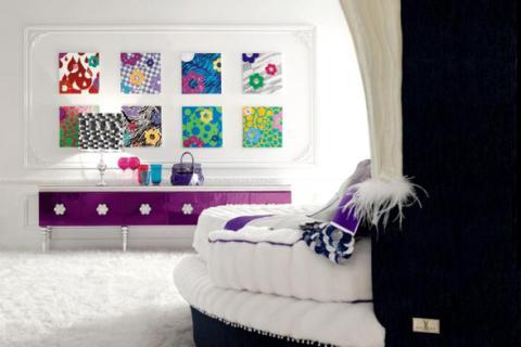 белая спальня с яркими аксессуарами