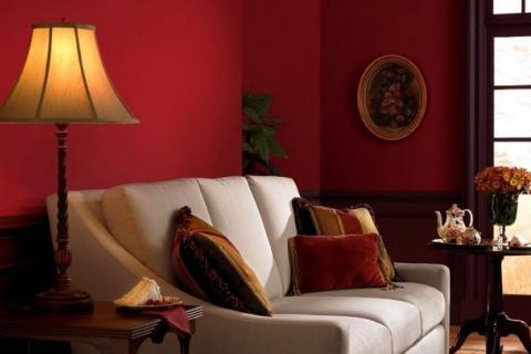 белый диван, желтый торшер на фоне темно-красной стены