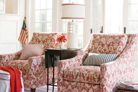 красно-белые кресла в гостиной