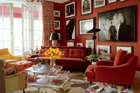 Постеры разных форматов на фоне стены сложного красного цвета
