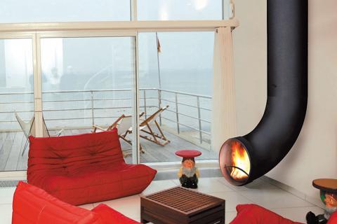 красная мебель в гостиной хай-тек