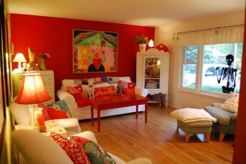 яркая красная стена в гостиной