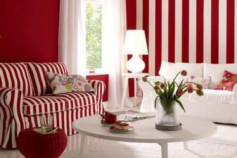 красно-белая полоса в оформлении гостиной