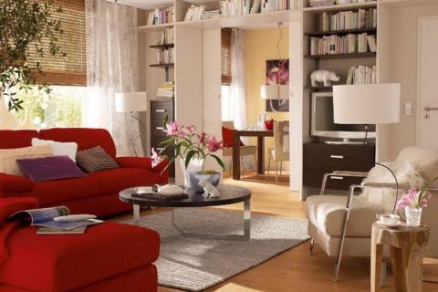 красный диван в бежевой гостиной