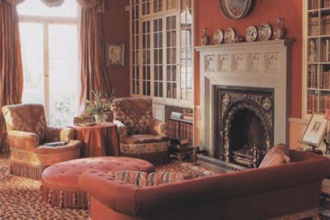 сложный красный цвет в гостиной