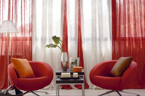 красные кресла и нитяные шторы