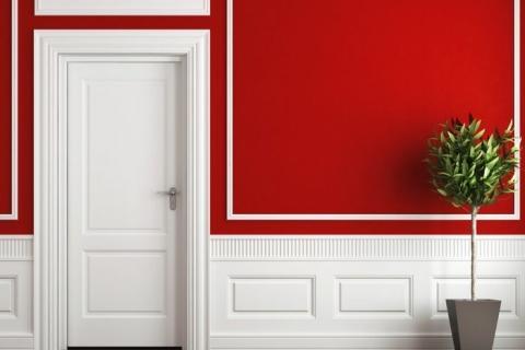 красная стена в сочетании с белыми панелями