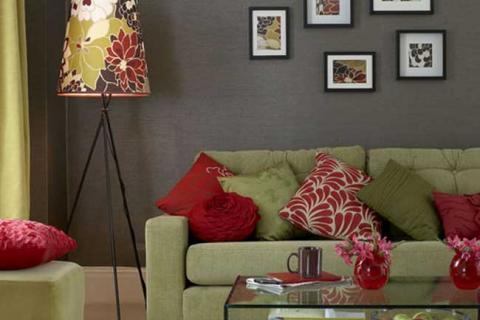 гостиная с серыми стенами и зеленым текстилем