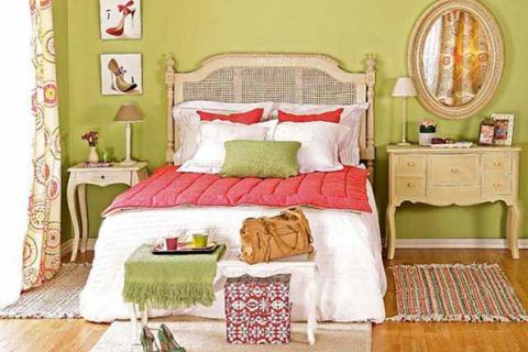 спальня со светло-зелеными стенами