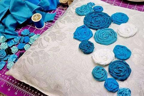 подушка с нашитыми голубыми розами