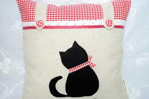подушка с аппликацией котенка