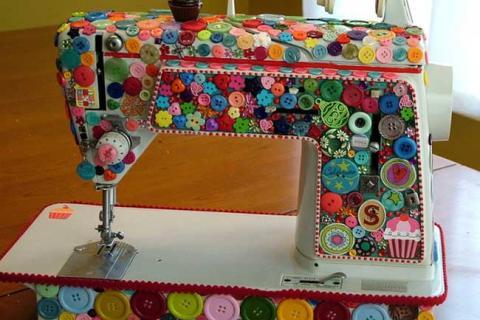 швейная машинка украшенная пуговицами