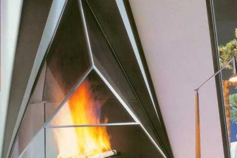 камин в стеклянной треугольной форме