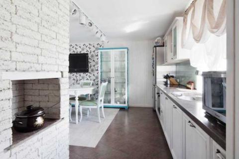 кирпичная стена в гостиной-кухне