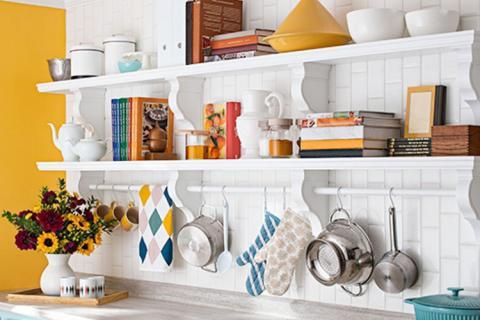 Белые полки на кухне