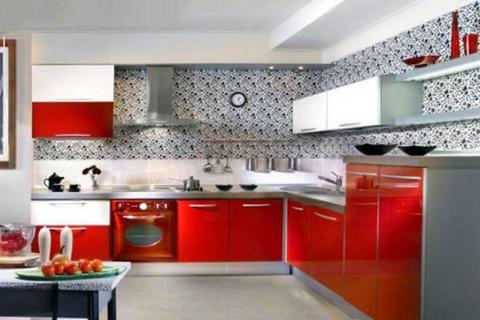 Кухня с бело-красным фасадом