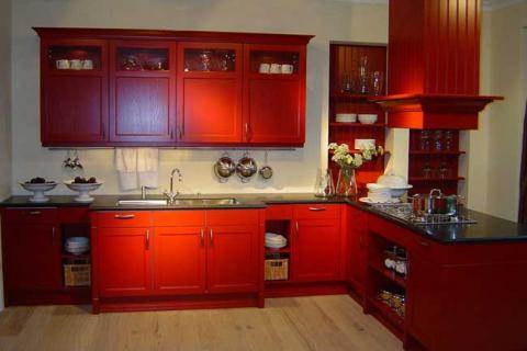 Кухня красного цвета классического стиля