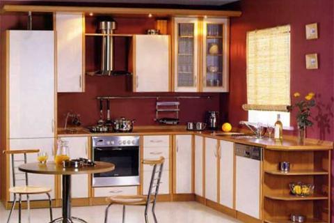 кухня с деревянными и белыми фасадами на фоне бордовой стены