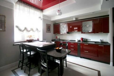 Кухня с глянцевыми фасадами темно-красного цвета