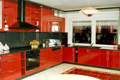 Кухня с глянцевыми красными фасадами
